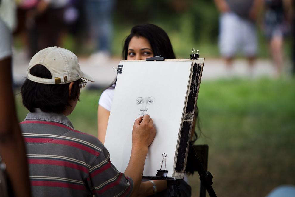 Visitar Central Park no necesariamente significa pasar un rato al aire libre o hacer ejercicio, hay una gran cantidad de artistas ofreciendo su trabajo a disposición de los visitantes, como en el caso de esta chica que se realiza un retrato. (Tetsu Espósito - Nueva York, Estados Unidos)