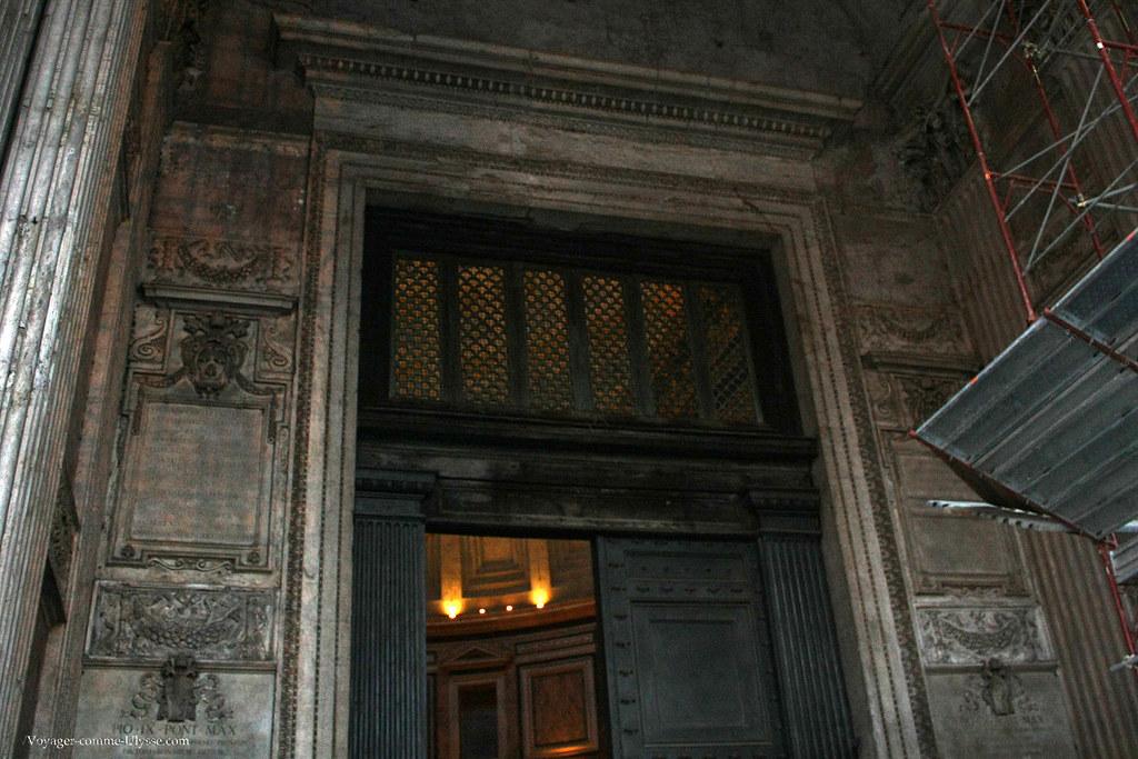 Cette porte de bronze a survécu au passage du temps