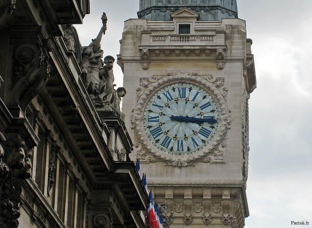 La grande aiguille du cadran de l'horloge fait 4m !