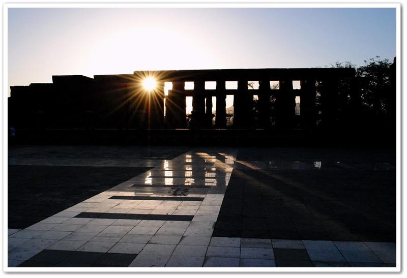 1夕陽穿過神殿