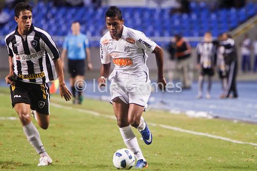 Os jogadores Lucas Zen do Botafogo e Alex Sandro do Santos