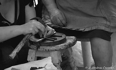 Manos artesanas (By © Jesús Jiménez) Tags: people byn portugal canon photography jc braga jesús repúblicaportuguesa 450d canon450d canoneos450d kdd´s n309 kdd´svigo jesúsjiménezcarcelén estradanacional309 jesúsjcphotography