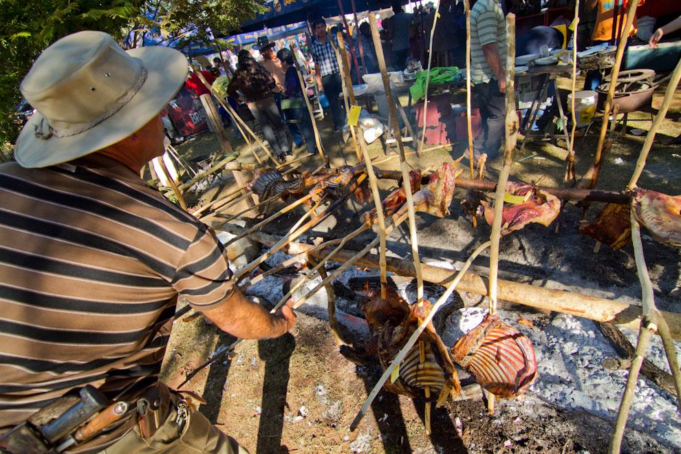 El tradicional y delicioso asado a la estaca es una de las comidas típicas de la región de Misiones, tanto para la cocción de carne vacuna o de oveja, fue servido como plato principal a la hora del almuerzo para el público asistente. (Tetsu Espósito, San Miguel - Paraguay)