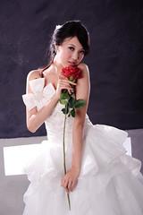 [フリー画像] 人物, 女性, アジア女性, 薔薇・バラ, ドレス, 人と花, 201106291500