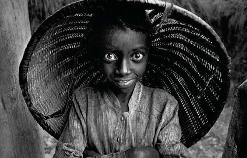 Crian�a trabalhando na planta��o de ch� Mata, Ruanda, 1991.