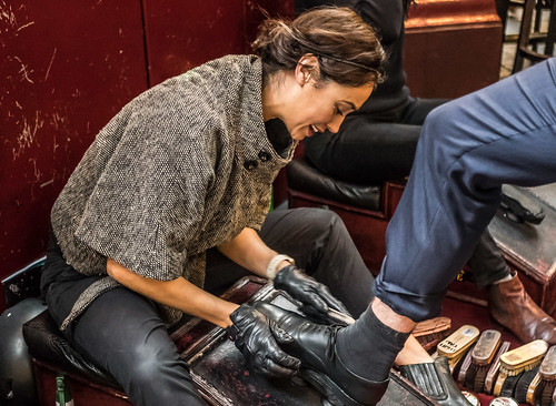 #019  100 Strangers - Siobhan shoeshiner  (Explore)