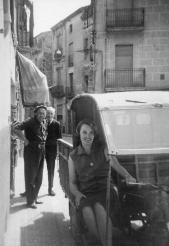8 de juny de 1964: la Teresa asseguda en un tricicle Roa amb motor Hispano Villiers