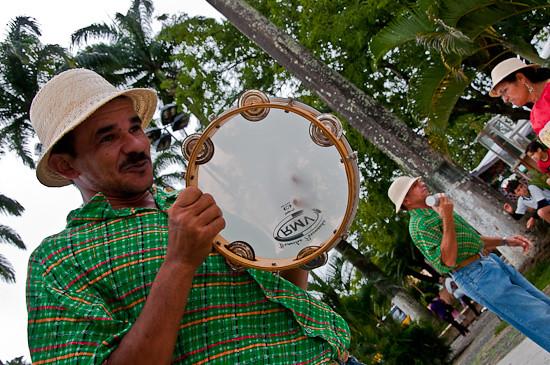 Batida dos pés substitui a Zabumba como instrumento que acompanha Valdir Silva no pandeiro. Foto: Ana Lira