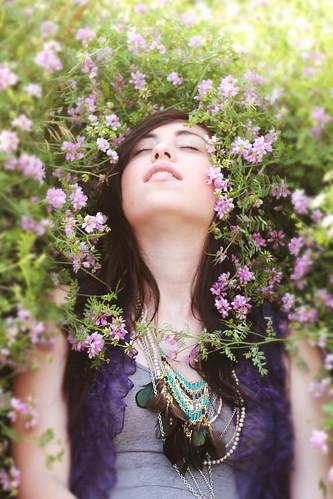 フリー写真素材, 人物, 女性, 人と花, 目を閉じる, 寝転ぶ,