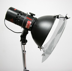 Polarizing filter attached to light reflector with multiclips