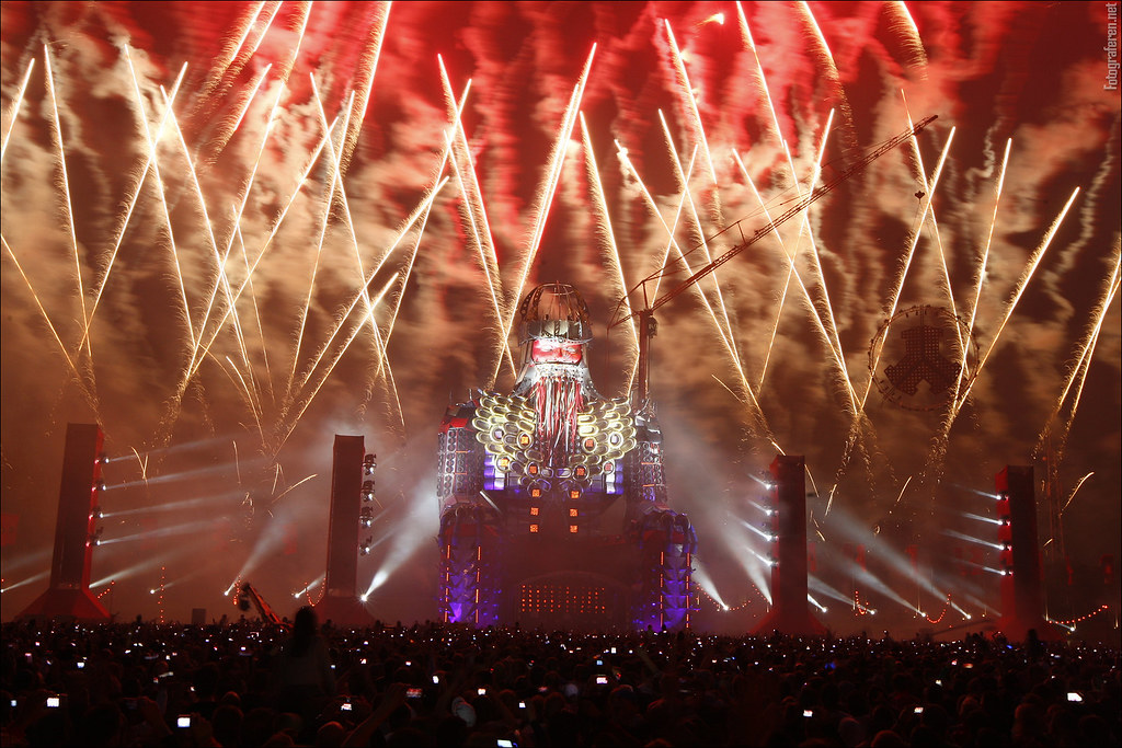 Lights, fireworks & lasers at mainstage final hour