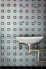 (thombe77) Tags: canon germany bathroom deutschland eos bath pattern fliesen pipe bad basin magdeburg rohr muster tiling washbasin badezimmer waschbecken washbowl 400d