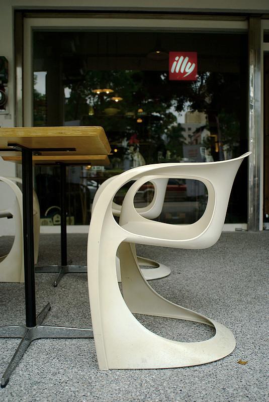 椅子不是新的,但無可取代的觸感痕跡,無價
