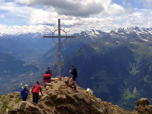 Das Gipfelkreuz des Hirzer am Anfang des Passeiertales mit Blick auf Meran