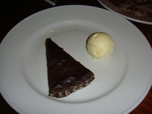 Tarta de chocolate y almendra con helado de vainilla