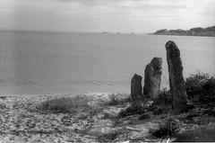 Praia de Coroso, Ribeira (trabancos) Tags: santa bw byn film praia beach 35mm playa bn lucky 100 zenit ribeira riveira sdh 12x 12xp uxia barbanza trabancos coroso tetenal ultrafin
