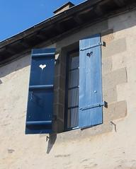 Retour au bercail (Chti-breton) Tags: volet fentre bleu