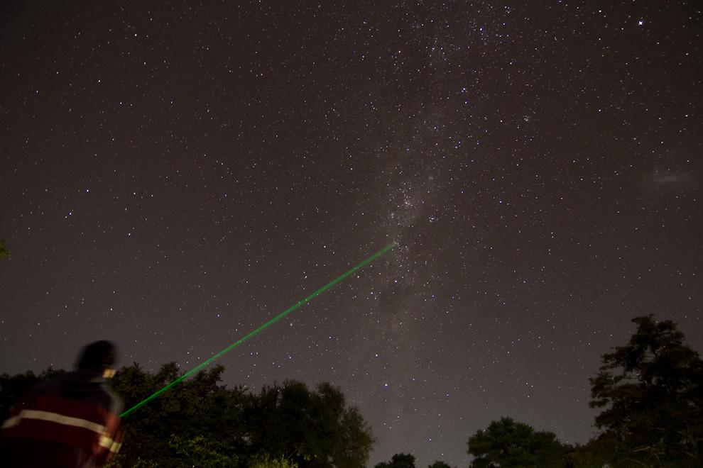 Un láser de alta potencia es utilizado por aficionados a la astrofotografía para apuntar objetos celestes. (Tetsu Espósito - Zanjita, Paraguay)
