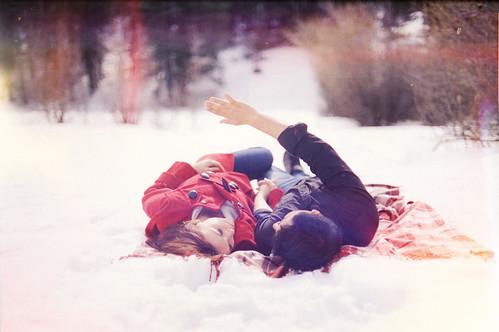 [フリー画像] 人物, カップル・恋人・夫婦, 雪, 寝転ぶ, 201106241300