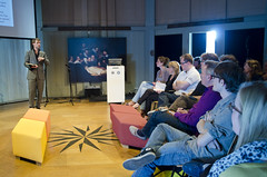 Presentatie David Nieborg (Waag Society) Tags: david amsterdam t events social games arne van waag society nieuwmarkt sacha pers niels debat discussie volkskrant kranten tongeren journalistiek hooft theatrum gamekings anatomicum nieborg kuilman gamejournalistiek gamejournalism