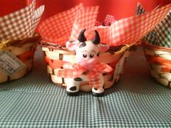 Centro de mesa fazendinha 11 (Ateli Mos e Arte Biscuit & Cia by Amariles C) Tags: centro biscuit enfeites festa mesa vaquinha fazendinha lembrancinhas cestinha