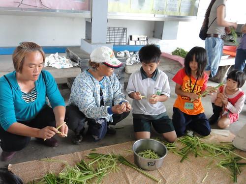 在比西里岸Ina們的帶領下, 孩子認識中午要吃的野菜, 並幫忙處理食材