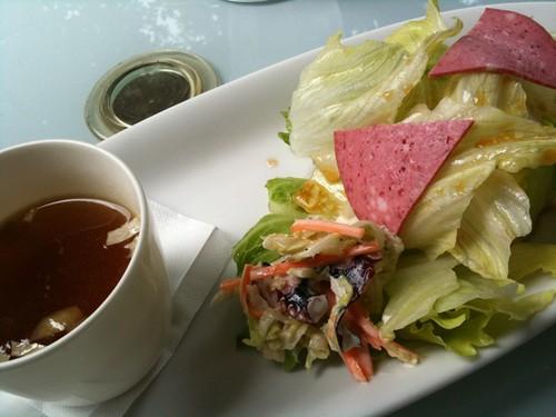 前菜のサラダとスープ。