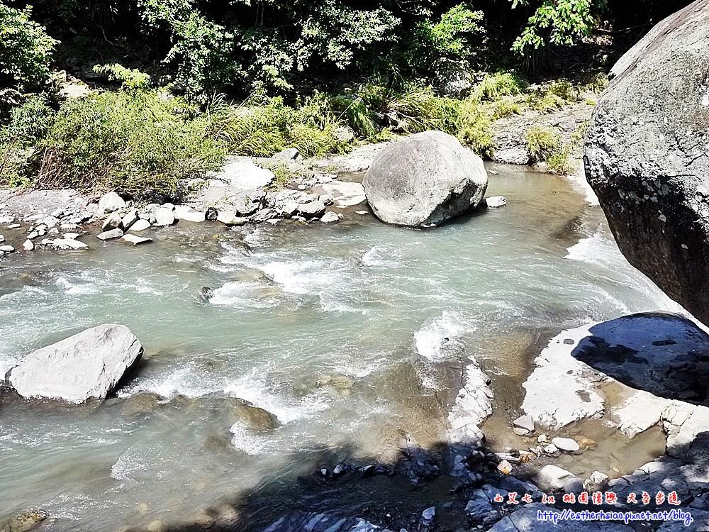39 風動石旁的小瀑布
