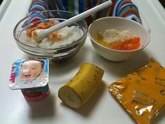 とらちゃんの朝御飯の準備:鮭ヒジキおかゆ、鶏ニンジンサツマイ モトマト、バナナ、ベビーダノン、ボーロ、ミルク80ml