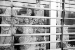Angel (Hunchentoot) Tags: leica cambridge blackandwhite bw usa film angel analog america fuji massachusetts rangefinder schaufenster summicron angels 400 sw neopan shopwindow engel neopan400 agfa rodinal amerika leicam7 2010 m7 fujineopan400 agfarodinal schwarzweis fujineopan weitz kleinbild 35mmsummicronm messucher ediweitz bwfp edmundweitz