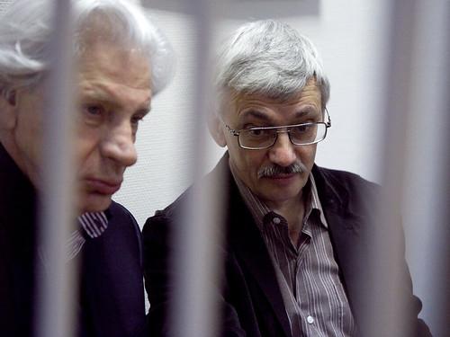 Олег Орлов (справа) и Генри Резник в зале суда by hegtor