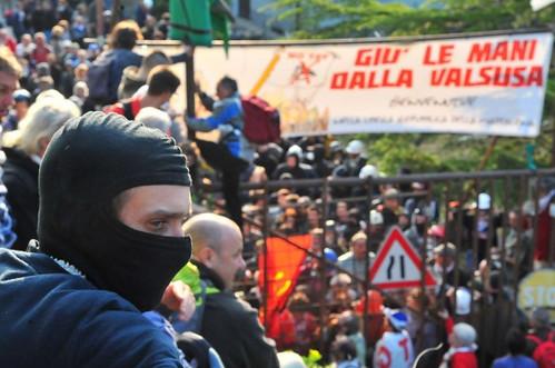 NoTav: la polizia sfonda le barricate, la popolazione occupa l'autostrada