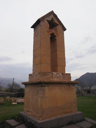 Armenia. Odzun. Monasterio de Odzun. Monumento funerario con símbolos comunistas