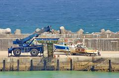 103 - Ericeira - le port  Portugal (paspog) Tags: ericeira portugal port mer sea ocean ocan bateau bateaux grue crane boat boats