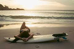 Soul Surf (Cadu Dias) Tags: nikon df book brazil brazilian brasil praia beach arraial cabo cadu dias cadupdias day nikondf female feminilidade woman girl mulher prime lens portrait retrato people ritratti monocromático surfe surf tarde por sol pordosol sunset