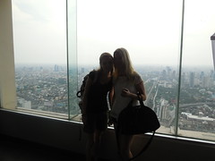 Inge en Tessa bij de Baiyoke Tower (BrightLightsBigCityteam16) Tags: city sky tower lights hotel big team bright bangkok 16 baiyoke observatiepunt