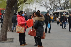 Vendeuse de drapeaux - Flag seller (Solange B) Tags: china flag beijing tourists seller chine drapeau pkin touristes vendeuse