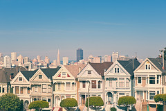 It's the Painted Ladies! (Allard Schager) Tags: sf sanfrancisco california street trees usa skyline architecture america vintage spring nikon icons downtown skyscrapers pyramid pastel unitedstatesofamerica gevels citylife landmarks landmark facades bayarea april transamerica nikkor amerika lente iconic victorianhouses gettyimages paintedladies alamosquare californie