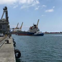 """As se """"aparcan"""" los #barcos #atraque #carguill #remolcadores #tug #tugboats #muelle #dock #mar #sea #puertodebarcelona #portdebarcelona #gruas #crane #maniobras (Carolina_BCN) Tags: sea muelle mar dock barcos crane tug tugboats gruas maniobras portdebarcelona atraque puertodebarcelona remolcadores carguill"""