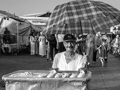 Vendeur de dents ((Imagine) 2.0) Tags: panasonicdmcgx80 2016 morocco leicadgsummilux15mmf17 marrakech streetphotography people portraits bw jamaaelfna blackandwhite monochrome panasonic lumix eyecontact travel
