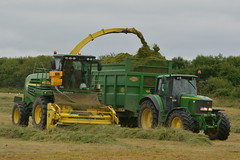 John Deere 7500 SPFH filling a Thrope Trailer drawn by a John Deere 6920S Tractor (Shane Casey CK25) Tags: john deere 7500 spfh filling thrope trailer drawn 6920s tractor jd green bartlemy 6920 silage silage16 silage2016 grass grass16 grass2016 winter feed fodder county cork ireland irish farm farmer farming agri agriculture contractor field ground soil earth cows cattle work working horse power horsepower hp pull pulling cut cutting crop lifting machine machinery nikon d7100