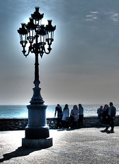 Dame una vista al mar (Helena de Riquer) Tags: mar sea mer marmediterrània marmediterráneo mediterraneansea contrallum contraluz backlight sun sol gent gente people sitges garraf provinciadebarcelona vista view farola fanal lamppost streetlamp topf25 helenaderiquer hdr topf50 outdoor adobephotoshop topf75 lampade llum luz light flickr interestingness topf100 sony sonydsch20 carlzeiss cataluña catalonia catalogne catalunya 100faves
