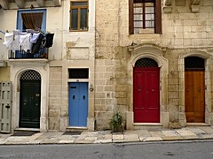 clothes hanging (Mi che le) Tags: lavalletta malta portoni doors door sidewalk marciapiede street facade facciata