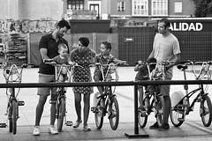 Escena familiar con bicicletas (carnuzo) Tags: leica monochrom elmarit 90mm