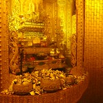 "Money with Buddha Relics at Botataung Paya <a style=""margin-left:10px; font-size:0.8em;"" href=""http://www.flickr.com/photos/14315427@N00/6920940232/"" target=""_blank"">@flickr</a>"