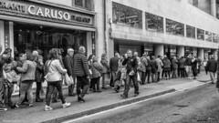 2180  Escena callejera (Ricard Gabarrs) Tags: gente personas cola colas ricardgabarrus street olympus ricgaba calle paseo