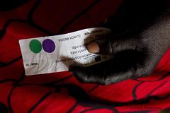 Uma paciente/ A patient (Lucille Kanzawa) Tags: brasil vermelho mão expedição amazônia ticuna jenipapo paciente indigenousculture aldeiaindígena culturaindígena altosolimões expedicionáriosdasaúde pinturacomjenipapo aldeiasantainês etniaticuna pacienteindígena mãodeíndiaticuna mãopintadadejenipapo mãonegradejenipapo
