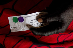 Uma paciente/ A patient (Lucille Kanzawa) Tags: brasil vermelho mo expedio amaznia ticuna jenipapo paciente indigenousculture aldeiaindgena culturaindgena altosolimes expedicionriosdasade pinturacomjenipapo aldeiasantains etniaticuna pacienteindgena modendiaticuna mopintadadejenipapo monegradejenipapo