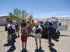 Voluntarios País en Pica, Región de Tarapacá: Estudiantes de Turismo del Liceo Padre Alberto Hurtado de Pica, trabajando en la recuperación y limpieza de la senda arqueológica en el sector de Santa Rosita.