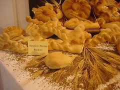 Il Pane e le spighe di grano, sempre più rare. (toninomoreddu) Tags: sardegna sardinia sony pane cibo dsc cardena dolci esposizione nuoro alimenti sardeigne
